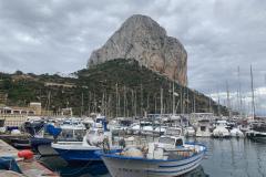 """Der """"Penon de Ifach"""" 328 Meter, direkt  hinter dem Hafen von Galpe"""
